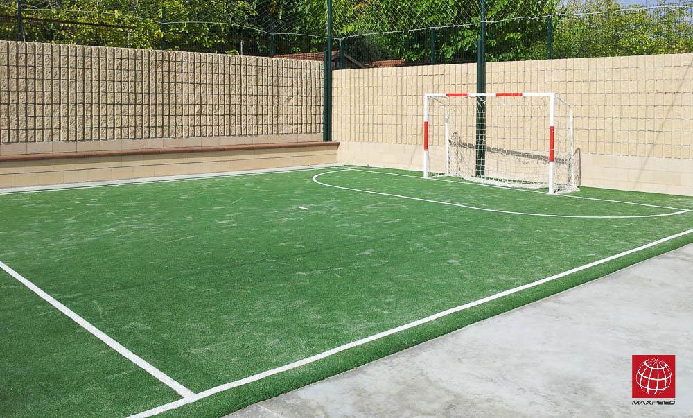 Construcción de campo de mini fútbol en el Camping Stel de Roda de Barà