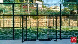 Renovación del césped de la pista de pádel en el Club Esportiu El Garraf