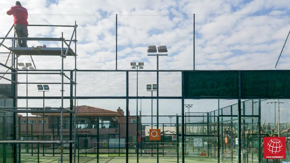 Nueva red de protección en la pista del Club Tennis Torredembarra