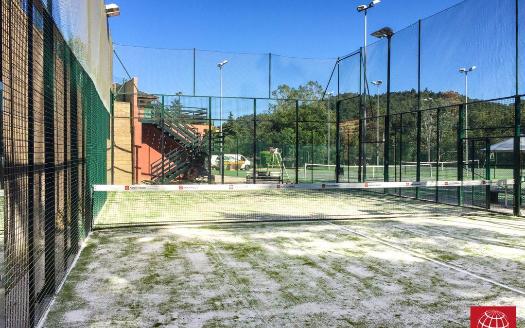 El Roure Club Esportiu renueva el césped de la pista de pádel
