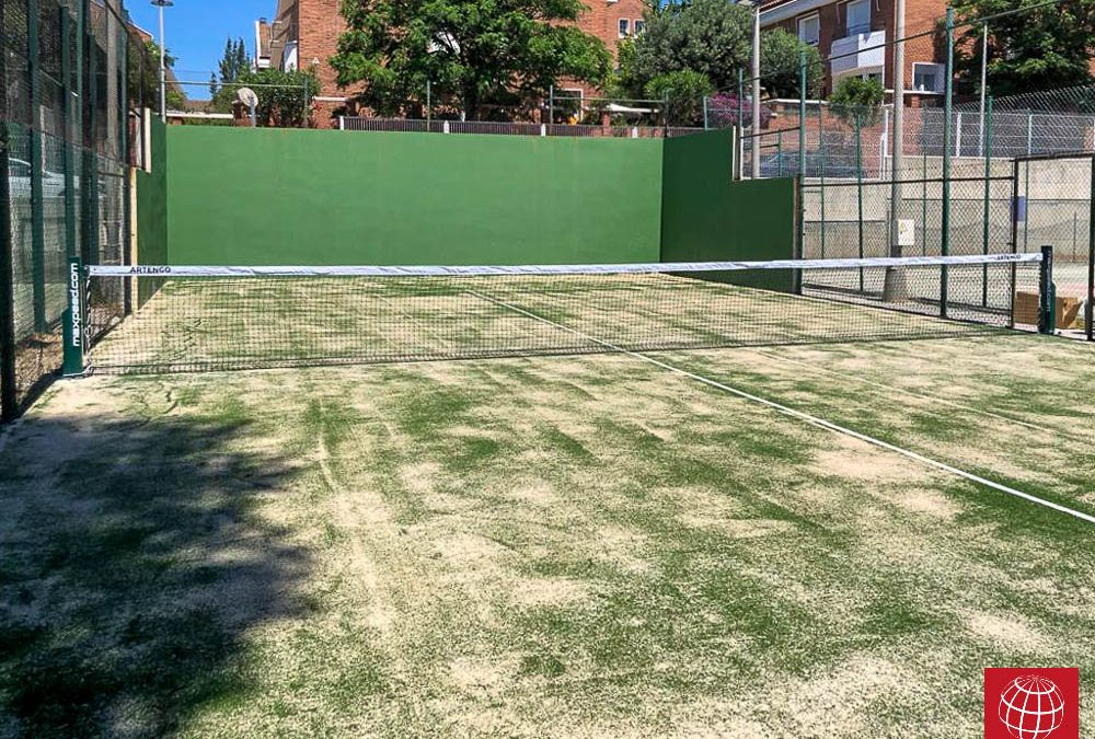 Renovación del césped de una pista de pádel del Sport Club la Mallola