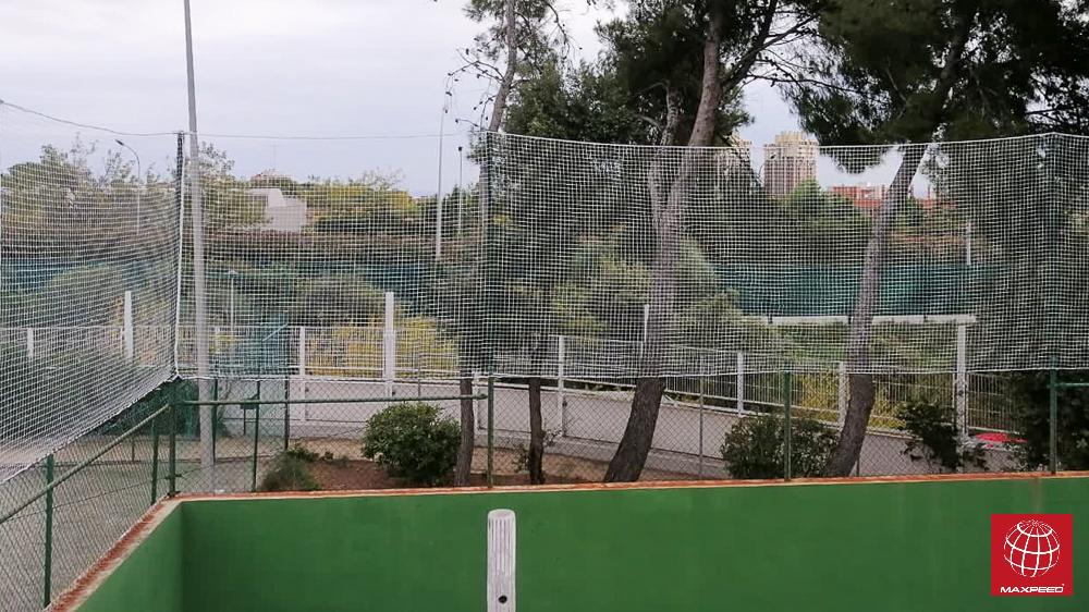 Sport Club la Mallola instala redes de protección en una pista de pádel