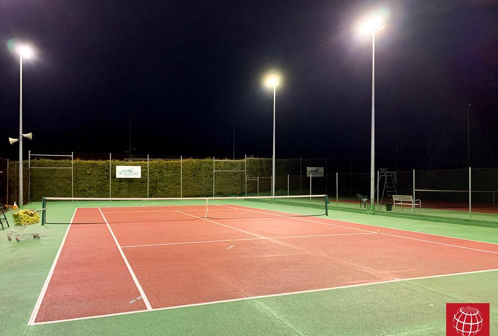 Instalación de iluminación LED en una pista de tenis en Club de Begues