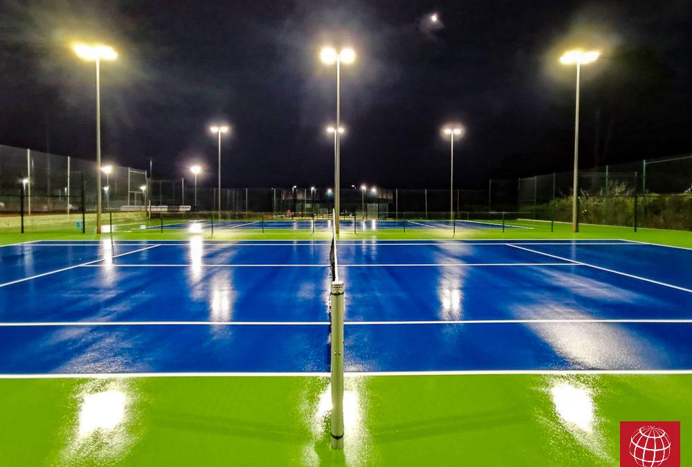 Instalación de iluminación LED en las dos nuevas pistas de tenis de resina del CT Costa Brava