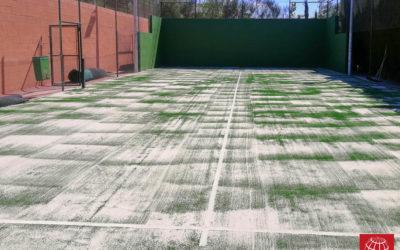 Cambio del césped en una pista de pádel del Tennis Sant Jordi