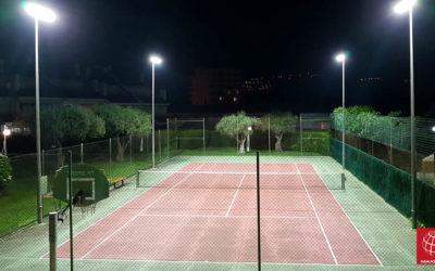 Instalación de iluminación LED en una pista de tenis situada en la Comunidad de Propietarios Los Olivos