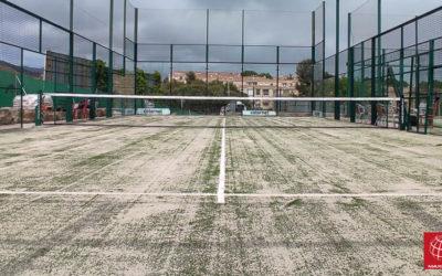 Nuevo césped en una pista de pádel en el Tennis Club Badalona