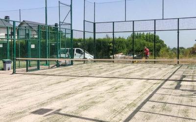 Cambio del césped de una pista de pádel en Penya Arlequinada