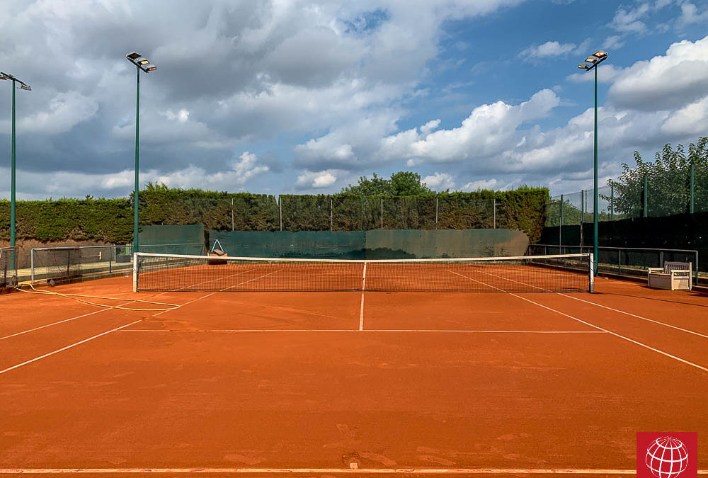 Renovación de una pista de tenis de tierra batida en el CT Torredembarra